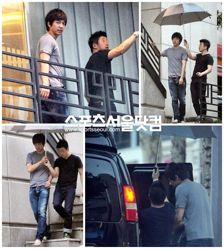 Takes turns sharing his umbrella with his manager