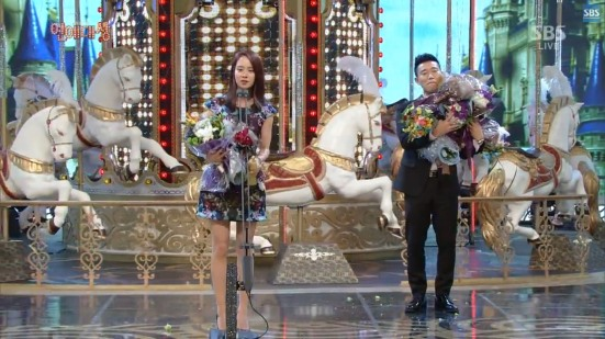 Gary Helps Ji Hyo with flowers 2
