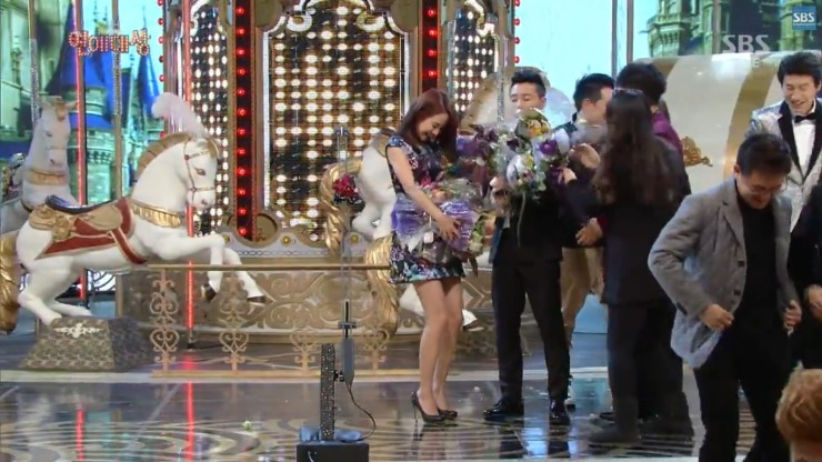 Gary Helps Ji Hyo with flowers